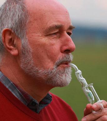 Mann mit Inhalator