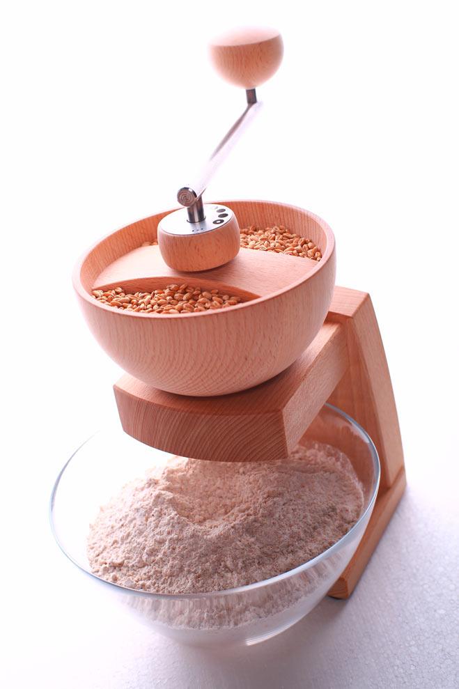 Die Getreidemühle Mia Cola eignet sich super für das Mahlen von Hafer und sonstigem Getreide.